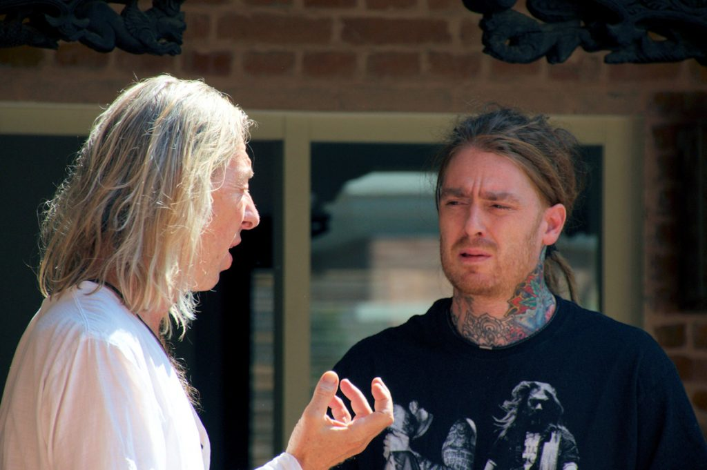 Mahadev Cometo discussing with Guido Wyss (drum, percussion)
